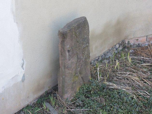Za kamennými památkami se turista z Ráječka vydává do různých koutů republiky. V tomto díle se vypravíme do Kníniček. Dál pak do Tišnova, kde jeden z křížových kamenů připomíná smrt tamního primátora Jiříka Mydláře. A také do obce Dolní Loučky na Žďársku.