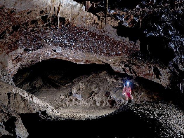 Rozlehlá chodba v Amatérské jeskyni.
