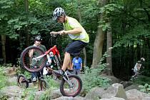 Biketrialisté trénovali v pátek odpoledne před druhým závodem mistrovství světa v Blansku. Ten je na programu v sobotu a v neděli v rekreačním areálu Palava. Jezdci pilovali techniku v kamenitém kaňonu v lese nad blanenskou nemocnicí.