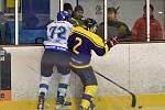 Vítězství v Uherském Brodu by hokejistům Dynamiters Blansko (bílé dresy) zajistilo postup do čtvrfinále krajské ligy. Hosté ale po špatném výkonu podlehli vysoko 1:9.