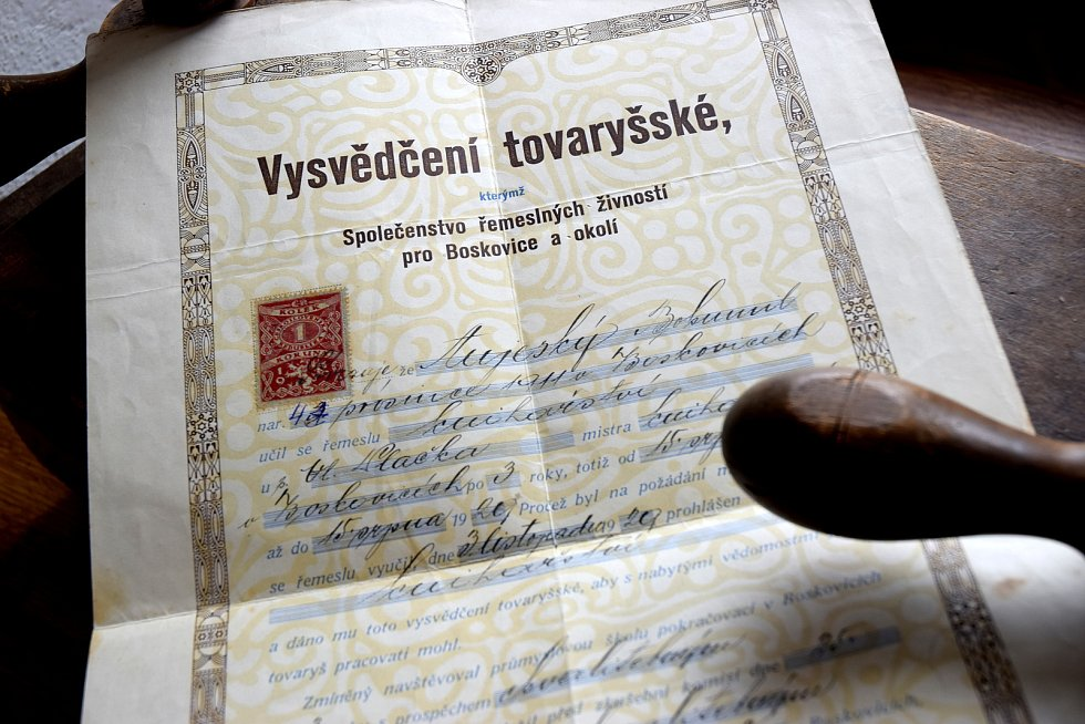 Výuční list dědečka Bohumila Oujeského.