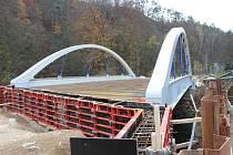Stavba mostu uzavřela silnici mezi Adamovem a Bílovicemi nad Svitavou.