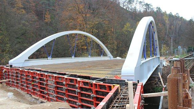Stavba nového mostu: silničáři uzavřeli silnici mezi Adamovem a Bílovicemi