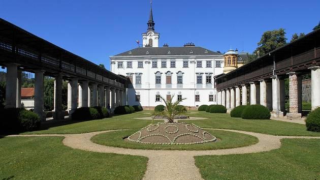 Barokní zámek v Lysicích zaujme pěstěnou zahradou s promenádní kolonádou a krytou pergolou.