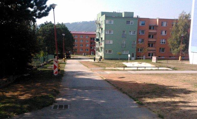 Stezka pro pěší od blanenské základní školy Salmova do ulice Dvorská.