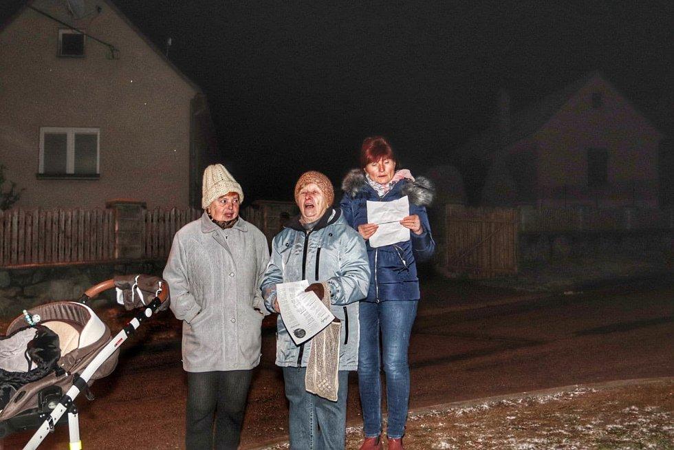 V Klepačově zpívali místní koledy u tamní zvoničky.