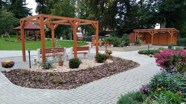 Větší komfort a příjemnější prostředí při terapiích mají klienti zařízení Sociálních služeb Šebetov. Po třech letech otevřeli její zástupci mezigenerační zahradu.