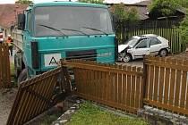 Náklaďák vjel ve Vratíkově do plotu. Vyhýbal se autu v protisměru.