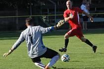 Fotbalisté Ráječka (v červeném) porazili v posledním domácím zápase Bosonohy 5:2.