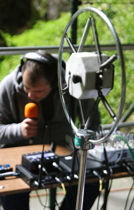 Český rozhlas Brno vysílal v pátek živě ze dna Macochy. Moderátorka Jaroslava Vykoupilová mluvila i do historického mikrofonu. Na snímcích jasou také její předchůdci při vysílání ze stejného místa z roku 1936.
