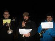 V Jedovnicích si odhadem přišlo zazpívat asi 110 lidí. Vyhrávaly jim hned dvě místní dechovky - Olšověnka a Bivojanka.