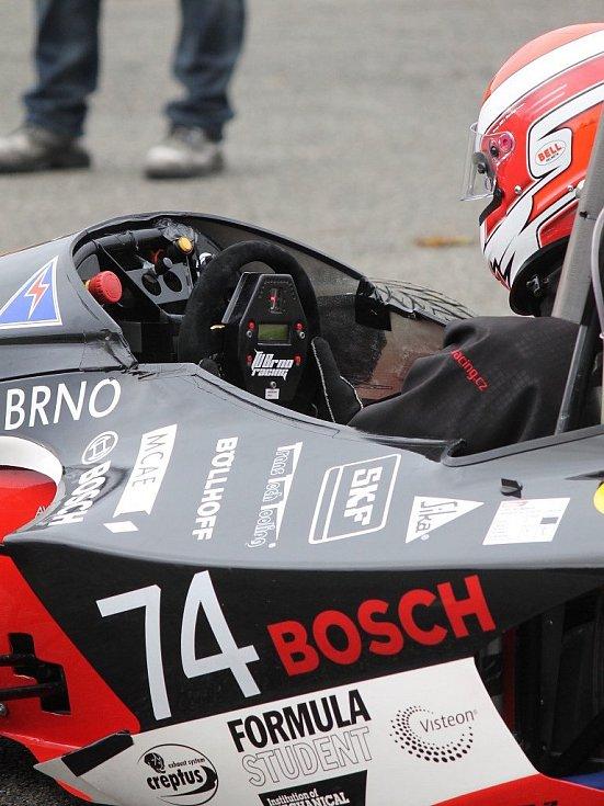 DRAGON II. Studenti VUT Brno soutěží s formulí v projektu Formule student. Už postavili dva prototypy závodních strojů. Formuli Dragon II předvedli v Jedovnicích. Letos s ní odjeli tři závody.
