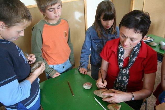 Malování oblázků se dětem líbilo.