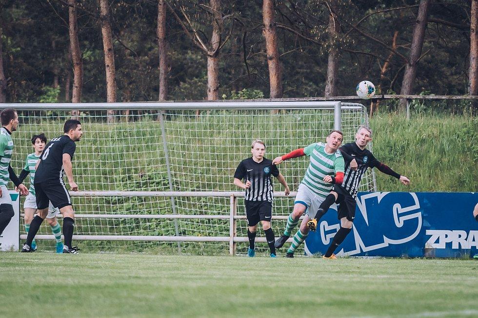 Fotbalisté Rájce-Jestřebí (zelenobílé dresy) v přípravě porazili Kunštát 6:3.