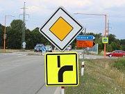 Po středečních nehodách u Ráječka silničáři zvýraznili dopravní značení.