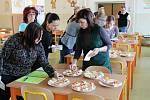 Ve školním bufetu ve Sloupě nabídnou zdravé pomazánky, které vyhovují takzvané pamlskové vyhlášce. V pátek je testovali pracovníci školy.
