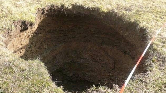 Nedaleko jeskyně Balcarka u Ostrova u Macochy se objevil nový závrt.