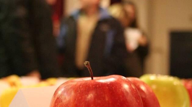 Degustace úrody. Ovocnáři z Lysic hodnotili v tamní sokolovně letošní úrodu jablek. Do rukou degustátorů se dostalo na padesát odrůd jablek. Tradiční ochutnávku jablečné úrody dělají Lysičtí nepřetřžitě už od roku 1959.