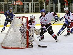 Hokejisté Minervy Boskovice (v bílém) porazili v krajské lize Velké Meziříčí drtivě 10:2.