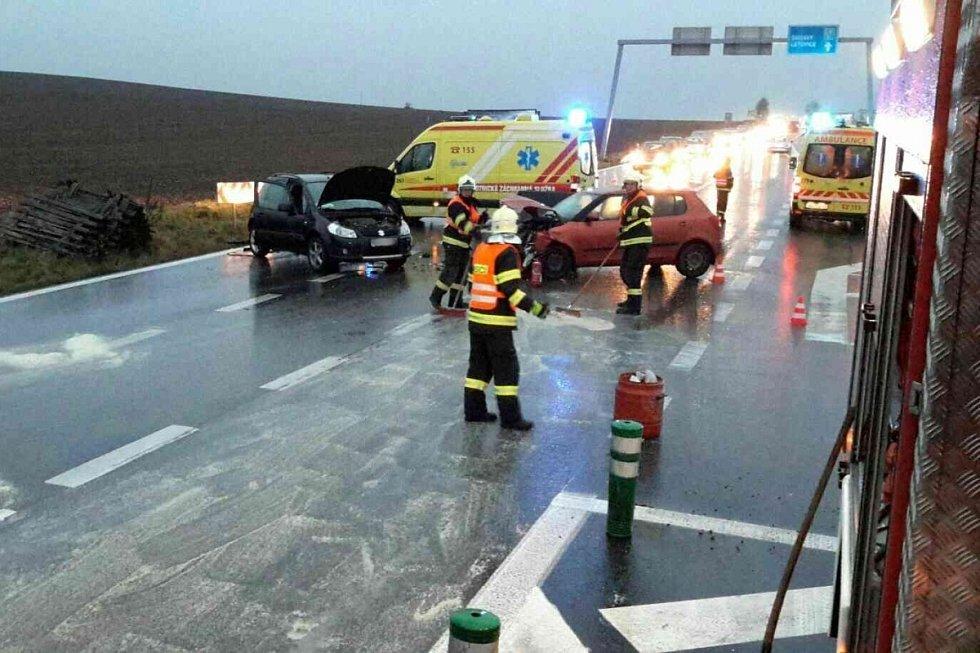 Nehoda dvou aut na silnici I/43 u Sebranic. Zranilo se celkem pět lidí.