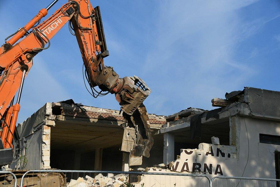 Těžká technika začala v úterý s demolicí boskovického hotelu Velen.