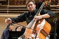 Od jednadvaceti let hraje kontrabasista Adam Honzírek z Mladkova s Českou filharmonií.