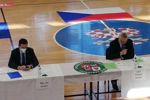 Jihomoravský hejtman Jan Grolich a krajský fotbalový předseda Vladimír Kristýn (vpravo).