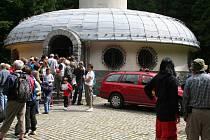 Den otevřených dveří meteorologického radiolokátoru, který je ukrytý v lesích u Benešova na vrcholu Skalky.