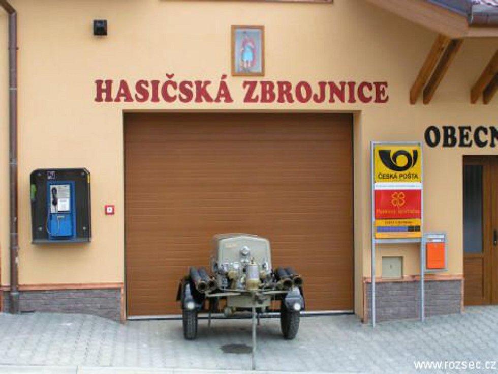 Stříkačka Stratílek a zbrojnice v Rozseči nad Kunštátem.