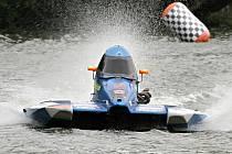 """Vlny rybníku Olšovec opět """"pokřtily"""" nové mistry světa a Evropy v závodech nejrychlejších motorových člunů. V závodě mistrovství světa získal David Loukotka z klubu Delfín Brno bronzovou medaili."""