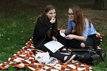 Bezmála sedmdesát lidí snídalo v sobotu ráno v blanenském zámeckém parku.
