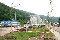 Adamovští dokončují úpravy rozlehlého parkoviště na tamním náměstí Práce. Hotovo má být v polovině června. Bude tam více zeleně, lavičky, zábradlí a nový žulový chodník.
