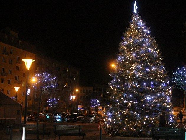 Vánoční strom na Náměstí Republiky. Ilustrační foto.