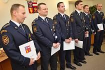 Bleskový zásah. A záchrana dvou lidí z hořícího bytu. Šest členů boskovické jednotky profesionálních hasičů dostalo ve čtvrtek z rukou jihomoravského hejtmana Michala Haška bronzové medaile.