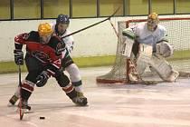 Hokejisté Boskovic (v červeném) vyhráli i čtvrté letošní derby s Blanskem. Tentokrát 3:1.