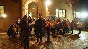 Ve Skalici nad Svitavou si akci zpestřili ještě malováním vánočních přání, která po zpívání koled společně vypustili na lampionech štěstí.