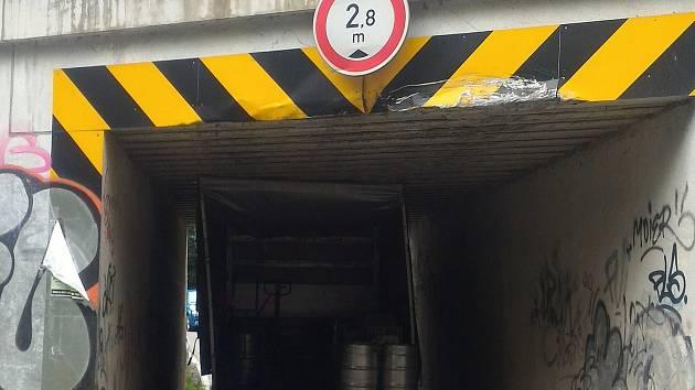 Provoz na silnici mezi Adamovem a Bílovicemi nad Svitavou zkomplikovala v úterý před jedenáctou hodinou dopoledne nehoda dodávky. Její řidič špatně odhadl výšku svého auta a s nákladem piva uvízl v tunýlku pod železniční tratí.