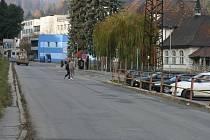 Ulice Nádražní v Adamově je problematickým úsekem. Dlouhá rovná silnice v řídce zastavěné části Adamova svádí řidiče k překračování povolené rychlosti. Jediný přechod je u hlavního vlakového nádraží.