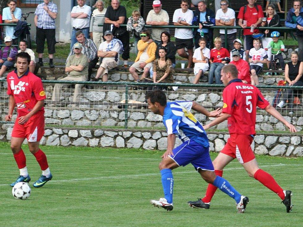 Blanenští fotbalisté nestačili v prvním kole Ondrášovka cupu na třetiligovou Břeclav. Po prohře 1:2 postupují dál Břeclavští. Góly padaly až ve druhém poločase. Hosté šli po kombinačních akcích do vedení 2:0 a dál hrozili z brejků.