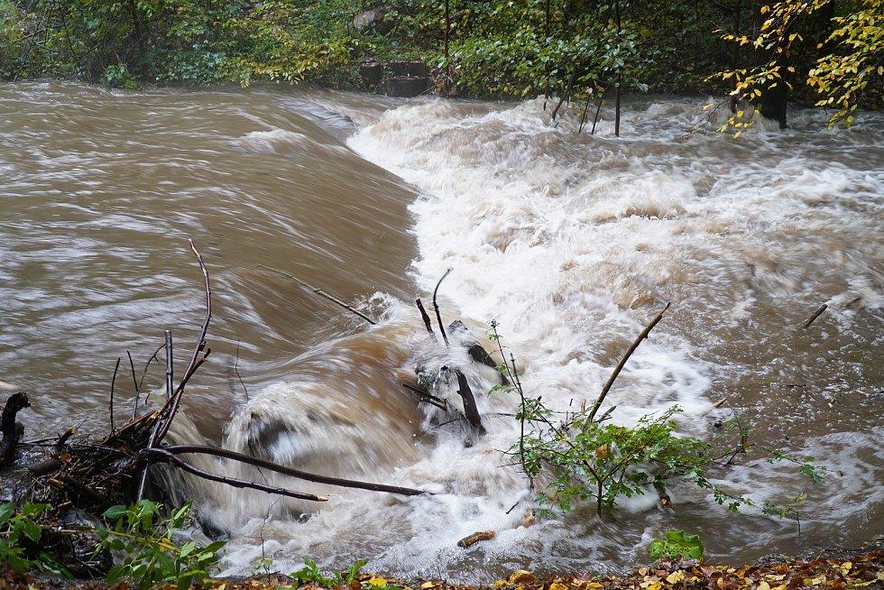 Na říčce Bělé je třetí stupeň povodňové aktivity. Na snímcích situace v Boskovicích.