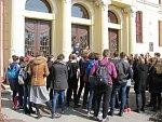 Před boskovickým gymnáziem manifestovala zhruba padesátka studentů.