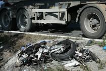 V pátek kolem poledne se v kopci Perná na silnici I/43 srazil motocykl s kamionem. Řidič motorky nehodu nepřežil.