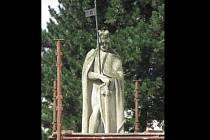 Opravy sochy svatého Václava v Bukovině.