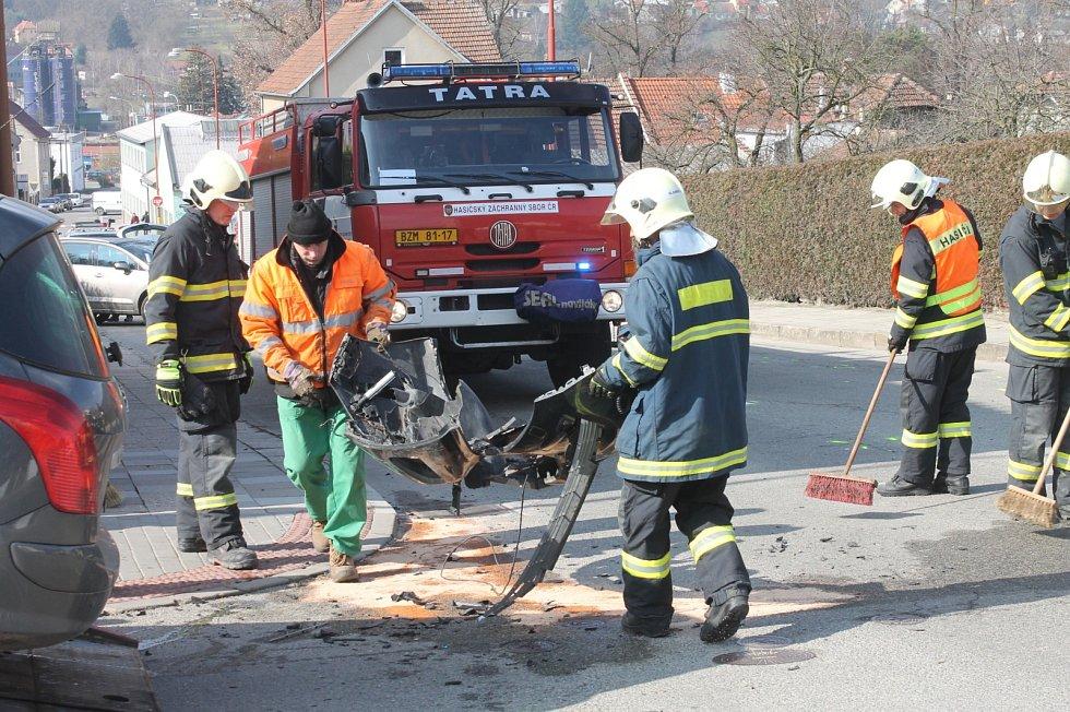 Na Bartošově ulici v Blansku se srazila dvě auta značky Peugeot.