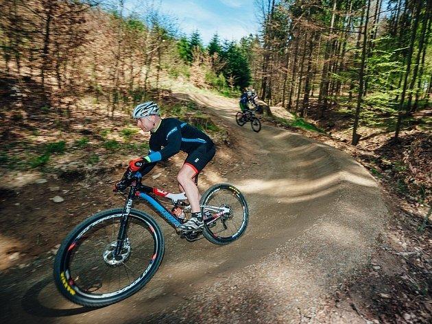 Singletraily jsou úzké stezky vybudované v přírodě. Nikdy nevedou dlouho rovně, příliš z kopce ani do kopce. Ve světě jsou podobné trasy běžné. Používá se pro ně ale název singletrek. Na Blanensku po nich cyklisté začali jezdit u Jedovnic.