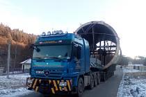 Měsíc. Tak dlouho zůstal ve Sloupu trčet nadměrný náklad, který přes Blanensko mířil z Ivanovic na Hané do Mělníka. Jedná se o komponenty pro cementárnu.