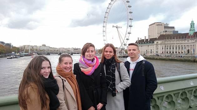 Studenti v Londýně.