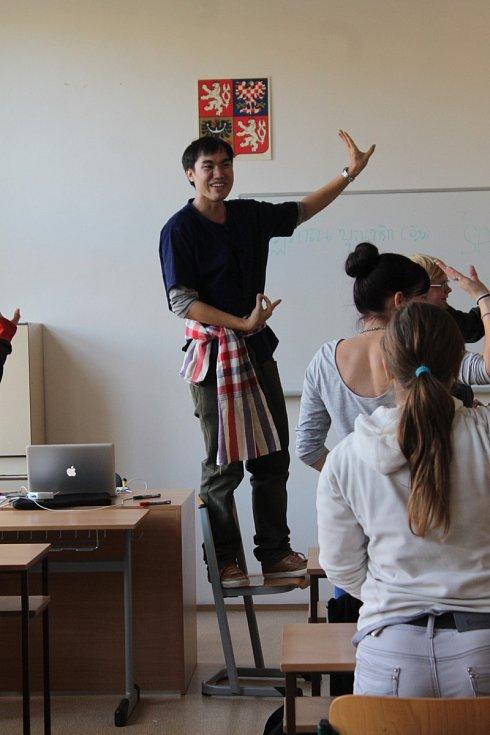 Jedním ze zahraničních stážistů je i thajský vysokoškolák Patiparn Boontarig. Svým studentům představil Thajsko z mnoha úhlů, od klimatických podmínek přes thajské jídlo, thajské festivaly, tradiční thajský tanec, thajskou masáž až po thajský box.