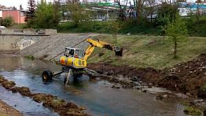 Bagr uprostřed řeky Svitavy: opravě opevnění břehů nahrává nízká hladina vody