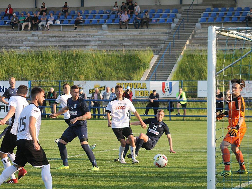V utkání fotbalové divize D porazilo Blansko (modré dresy) Slovan Havlíčkův Brod 5:0. Před utkáním předali hráči svůj dar - šek na 15 000 korun - Domovu Olga.